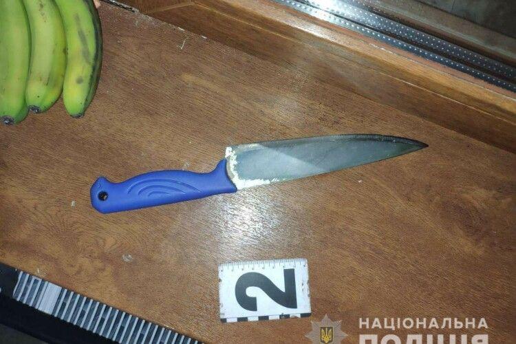 На Рівненщині жінка засадила ножа в живіт власному чоловікові, батьку її двох дітей (Фото)