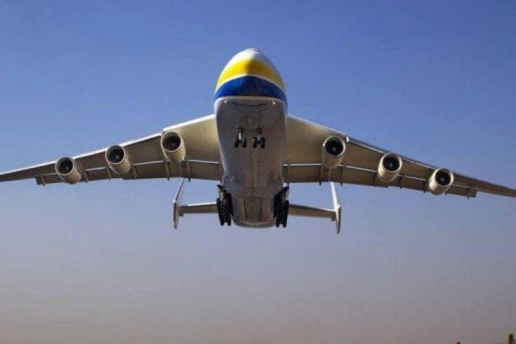 Український гігант Ан-225 з екіпіровкою для боротьби з COVID-19 приземлився у Варшаві