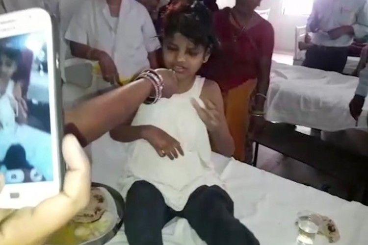 В Індії спіймали 10-річну дівчинку, яка виросла у мавпячій зграї