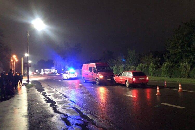 У місті на Волині зіткнулись легковик та мікроавтобус (Фото)