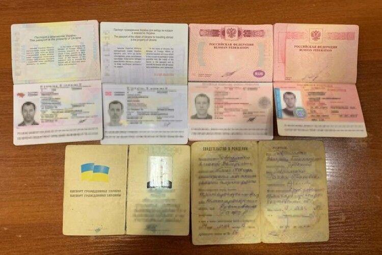 Три прізвища, два громадянства, п'ять паспортів – у прикордонні виявили незвичного порушника