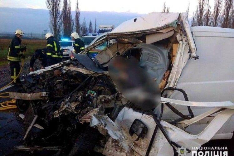 Бус із тілами померлих від COVID-19 врізався у вантажівку (Відео)