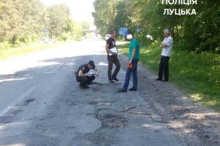 На Волині через ями на дорозі покликали поліцію. Дорожники одразу засипали вибоїни! (фото)