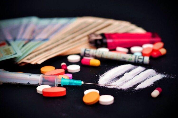 У Луцьку злапали двох чоловіків, які замість карантинити – наркоманили (Фото)