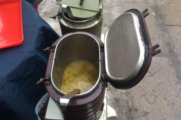 У Рівному сьогодні можна було на дурняк скуштувати рибної юшки, ще й запити солодким чаєм (фото)