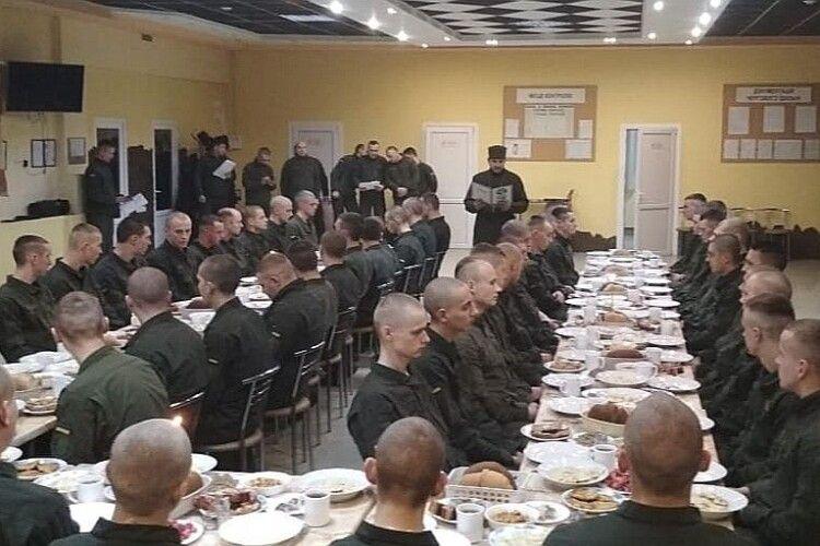 Луцькі гвардійці скуштували 12 різдвяних страв і привітали волинян відомою колядкою (Фото. Відео)