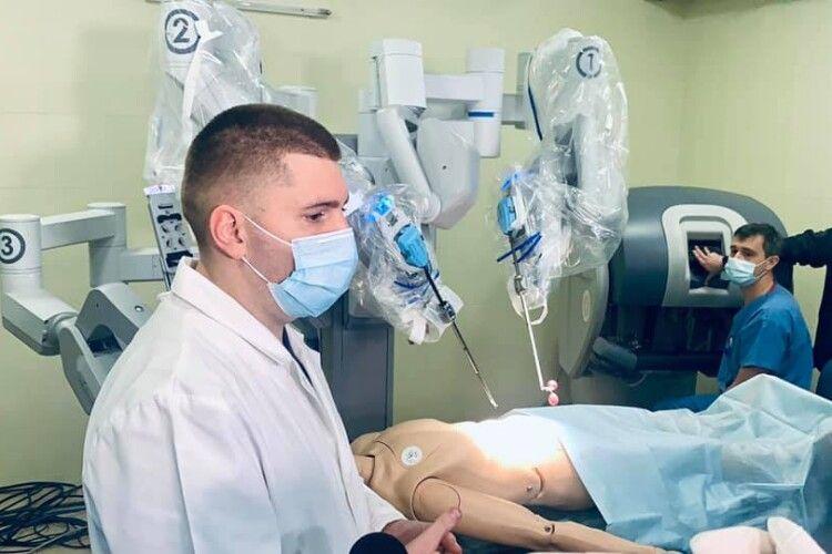 Львівська лікарня, якою керує волинянин Самчук, має робота-хірурга (Відео)