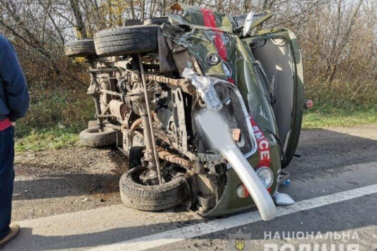 «Швидка», яка поспішала на аварію, зіткнулася з позашляховиком і перекинулася (Фото, відео)