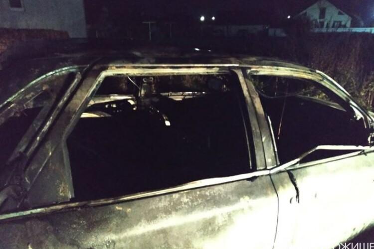 На Волині згоріла машина, бо «в салоні курили» (Фото)