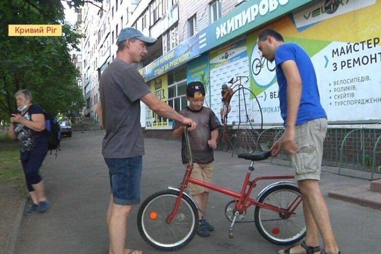 Чоловік з Кривого Рогу ремонтує велосипеди й дарує їх багатодітним родинам