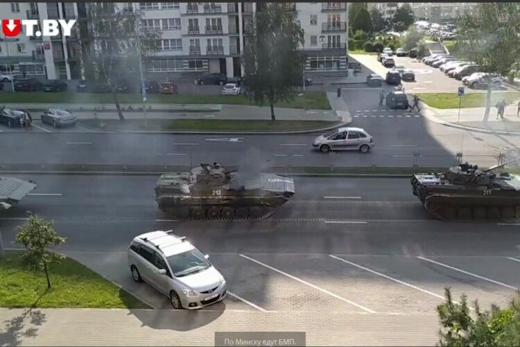 У Мінськ увійшла гусенична військова техніка (Відео)