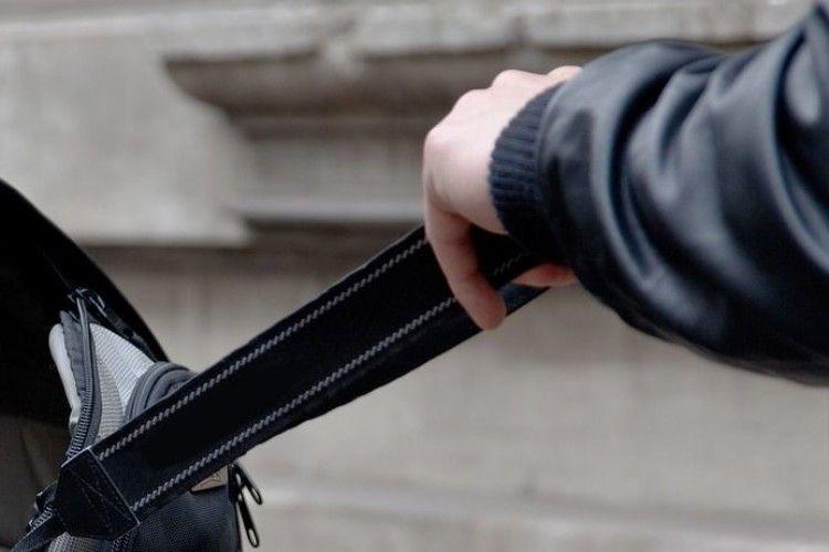 У Луцьку грабіжник вирвав з рук немісцевої жінки сумку з грошима і телефонами