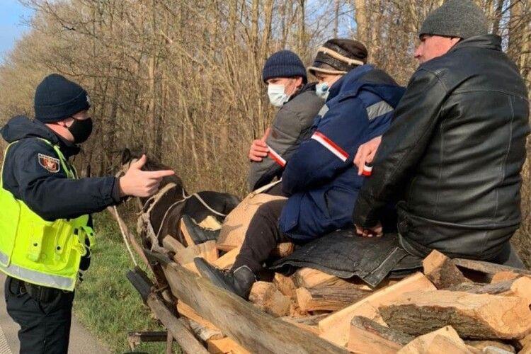 Стало відомо, навіщо патрульні в'язали на руки волинянам «прапор Польщі» (Фото)