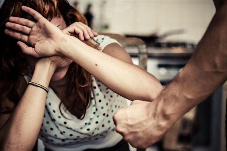 У Луцьку чоловік жорстоко побив жінку