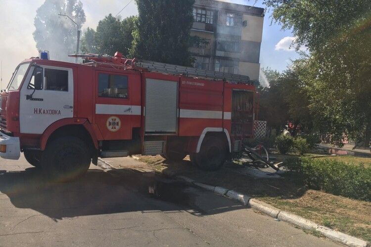 Масштабна пожежа на Херсонщині: вогнем охоплений весь дах п'ятиповерхівки (Відео)