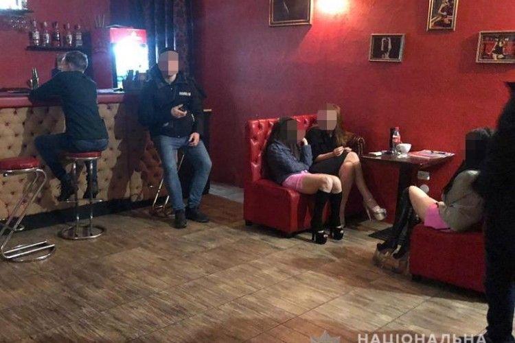 У Києві накрили стриптиз-клуб, де клієнтам надавали сексуальні послуги (фото, відео)