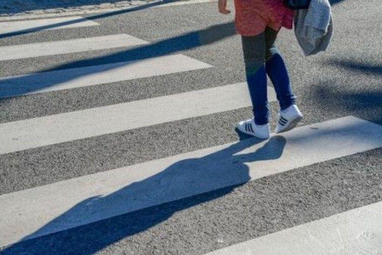 У Луцьку на пішохідному переході авто наїхало на дівчину