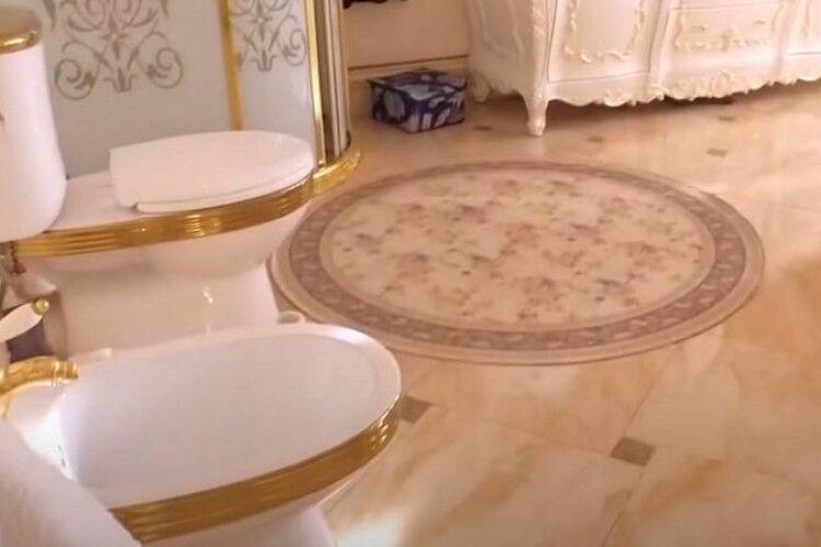 В особняку російського полковника знайшли золотий туалет (Відео)