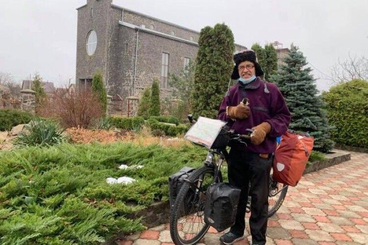 Зі Швейцарії на Маневиччину: 64-літній Лео подорожує на велосипеді