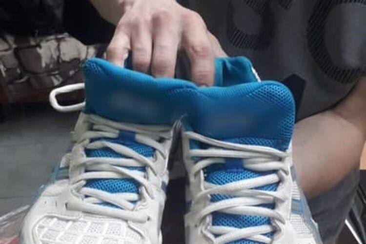 У Луцьку злапали чоловіка, який вкрав в магазині кросівки (Фото)