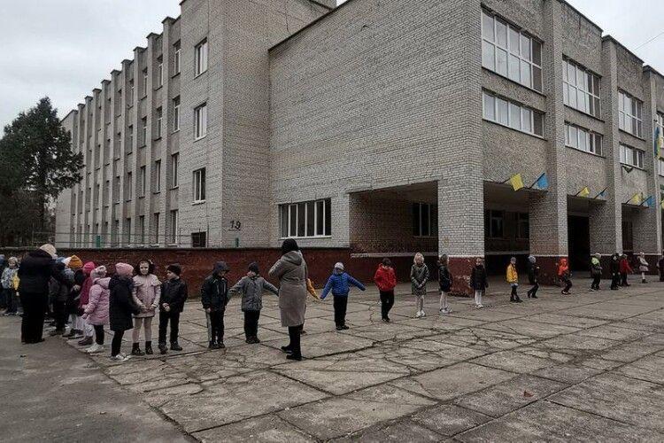 Три сотні школярів у Луцьку вийшли на руханку до Дня української писемності