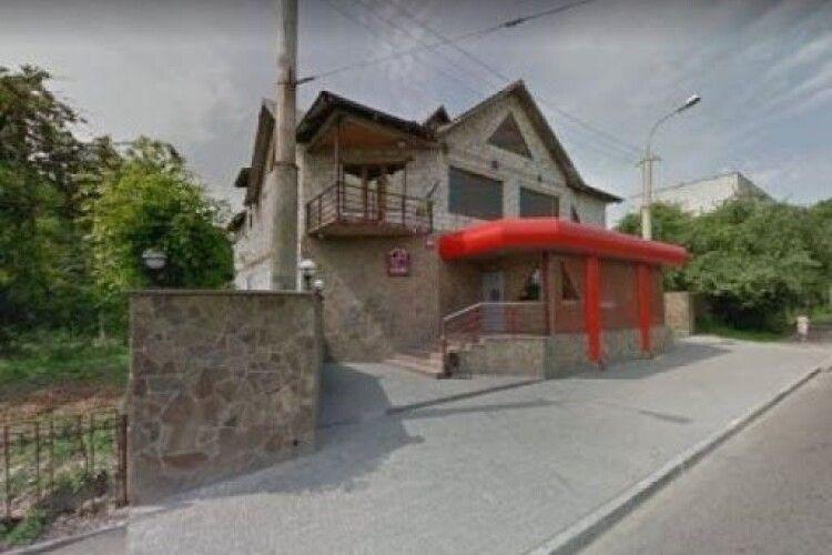 У Луцьку біля клубу шестеро невідомих побили і пограбували жінку