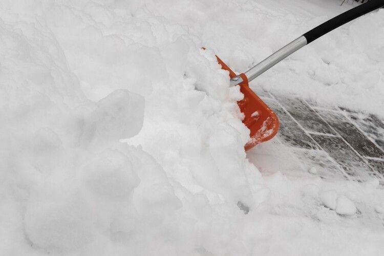 Луцький таксист пішов розчищати сніг і не повернувся (Фото)