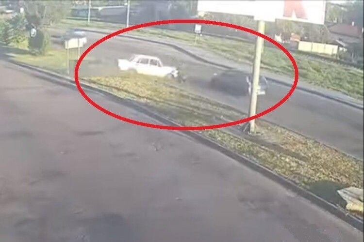 У Луцьку автомобіль на шаленій швидкості перетнув роздільну смугу, є потерпілі (Відео)