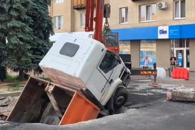 Вантажівка провалилась під землю в центрі міста (Відео)
