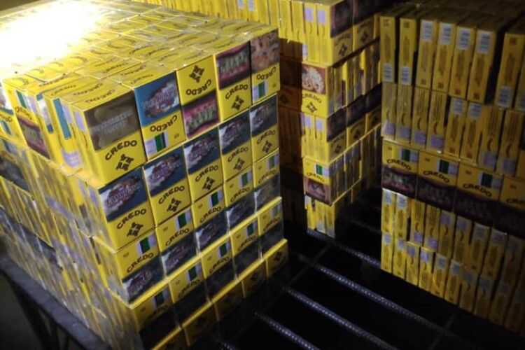 Білорус намагався обхитрити волинських митників: схованку з контрабандою знайшли в порожнинах підлоги вантажівки (Фото)