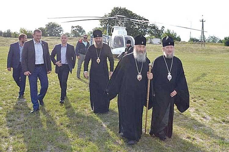 Митрополит Сарненський таПоліський УПЦ МПАнатолій прилетів до ченців на вертольоті