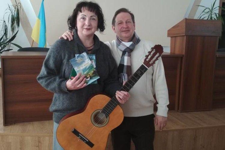 Рівненський поет передав бійцям 25-ої бригади... гітару, струни та власну поезію