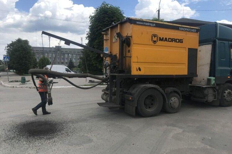 Ламається техніка: у Камені-Каширському дороги ремонтують, як мокре горить