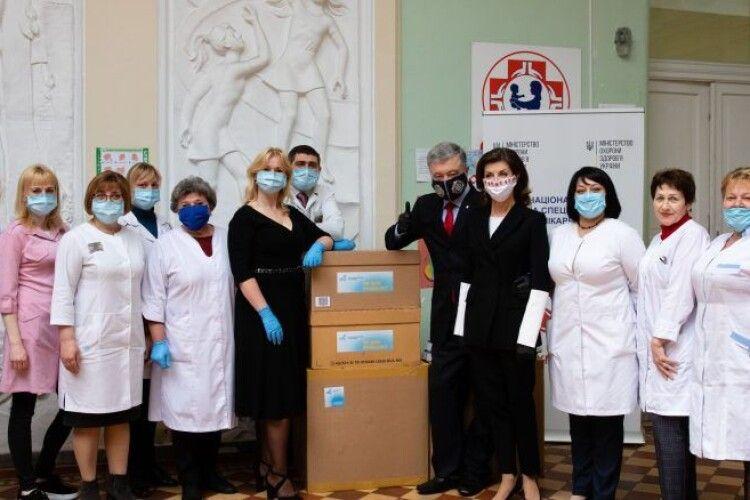 Петро і Марина Порошенко передали в лікарню Охматдит 3 тисячі швейцарських ІФА-тестів