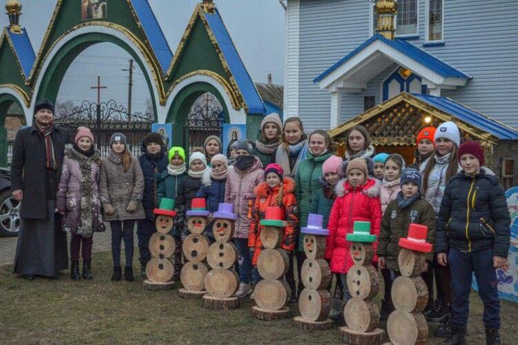 Нема снігу, то юні волиняни сніговиків зробили з… дерева (Фото)