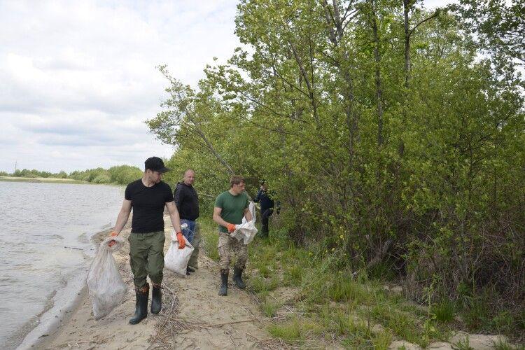 Прибрали сміття біля одного з Шацьких озер