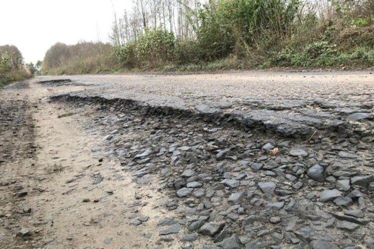 Дрібним ремонтом  автошляху тут не обійдеться
