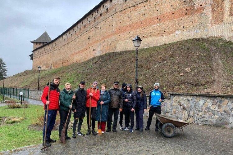 Спортсмени почистили Луцький замок (Фото)
