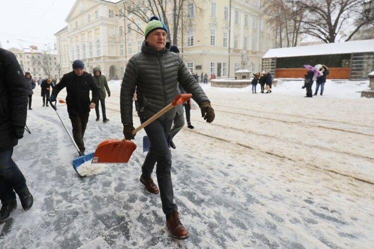 Міський голова Львова Садовий взяв лопату і пішов прибирати сніг