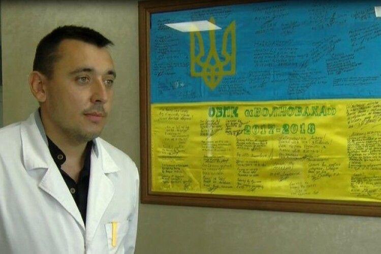 Військовий лікар-хірург з Волині привіз зі Сходу прапор з автографами бійців