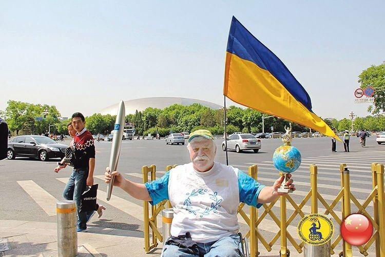 230 тисяч кілометрів на візку  із синьо-жовтим прапором здолав Микола Подрезан