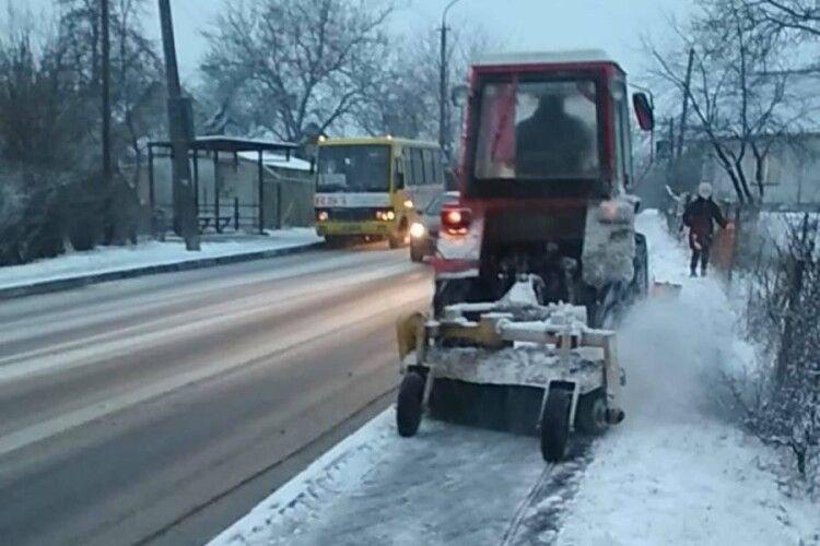 Луцьк чистять вулиці від снігу: 5 тракторів на дорогах і 10 – на тротуарах
