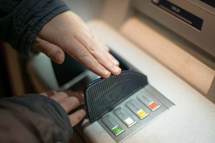 З карток українців пропадають гроші після користування банкоматами: як вберегтися
