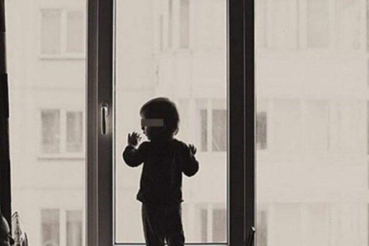 У Ковелі з відчиненого вікна на четвертому поверсі випав трирічний хлопчик