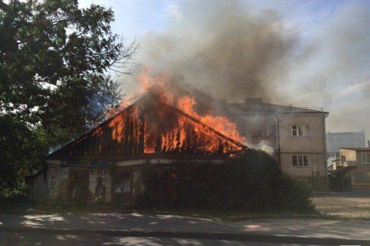 У Луцьку біля міськради горить будинок-розвалюха