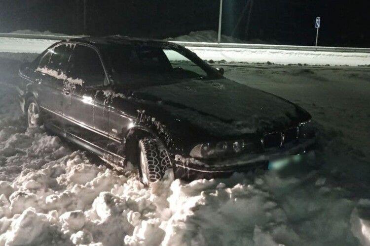 Драгер показав в небо: вдребезіну п'яний «бляхар» на BMW влетів у кучугуру снігу (Фото)