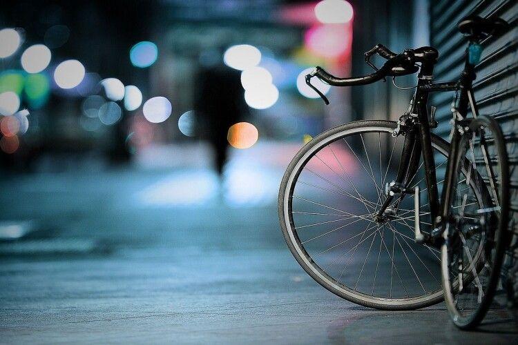 Вирішила ризикнути: у центрі Луцька велосипедистка ледь не потрапила під колеса авто (Відео)