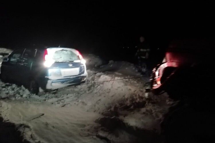 Рятувальники розкопували зі заметів «швидку», яка везла в лікарню дитину з температурою 40 (Фото. Відео)