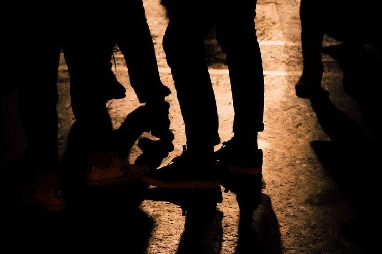 Серед ночі лучанин порізав двох людей на зупинці: один у реанімації