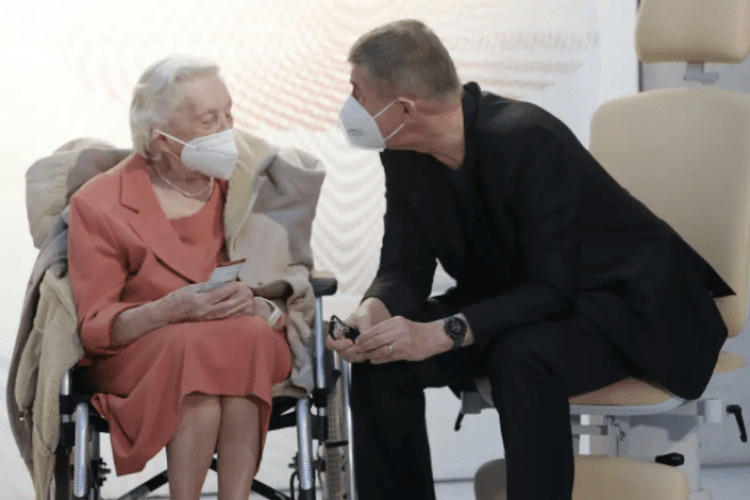 Прем'єр Чехії першим вакцинувався від коронавірусу на пару з 95-річною ветеранкою Другої світової війни